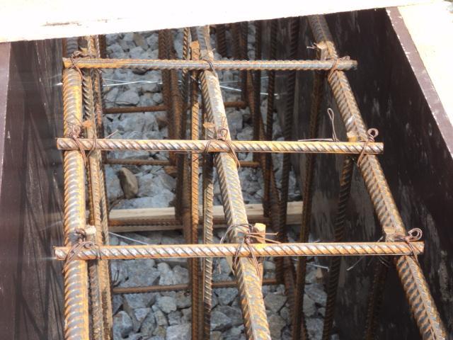 Установка опалубки для подпорной стенки